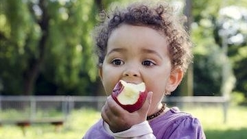 Child Eatingan Apple | Pediatric Dentistry in Lexington KY